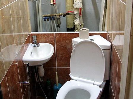 Пример маскировки труб в туалете