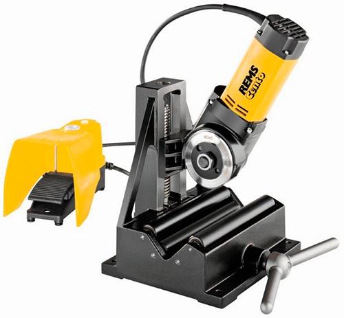 Используя электрический резак, предмонтажная обработка трубы не понадобится. Эти инструменты не оставляют заусенцев или стружки на торцах обрезанных труб