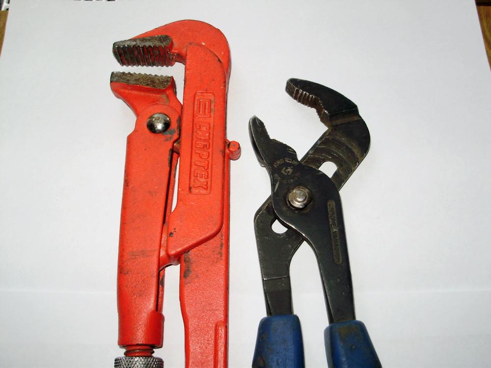 Газовый ключ и сантехнические щипцы