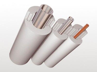 Пенопластовый материал экономичный, универсальный и обладает нужными эксплуатационными свойствами. Пользуется он заслуженной популярностью и очень часто используется, если нужно выполнить утепление водопровода, например, в частном доме