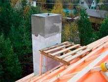 Изоляция дымовой трубы, исходящей от печной системы, предполагает оштукатуривание выше порога неотапливаемого чердака и крыши