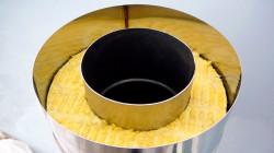 При утеплении стального дымохода, утеплитель закладывается между трубами разных диаметров