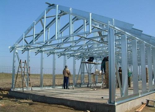 Дома с металлическим каркасом отличаются невысокой себестоимостью, не требуют проведения «мокрых» работ, не имеют усадки в процессе строительства.