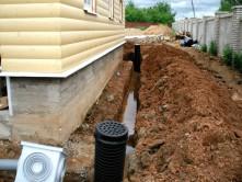 Для установки дренажных труб необходимо выкопать дренажные канавы, размерами в зависимости от диаметра труб